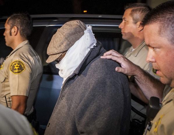 Nakoula, acusado de produzir o filme anti-islâmico, é levado de sua casa em Los Angeles neste sábado (15). Ele foi condenado por fraude bancária. (Foto: Bret Hartman/Reuters)