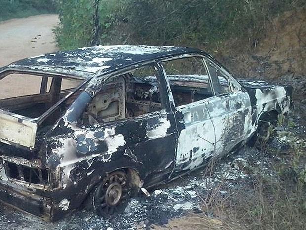 Veículo com vítimas foi encontrado incendiado próximo à BR-110 (Foto: Site Chico Sabe Tudo)
