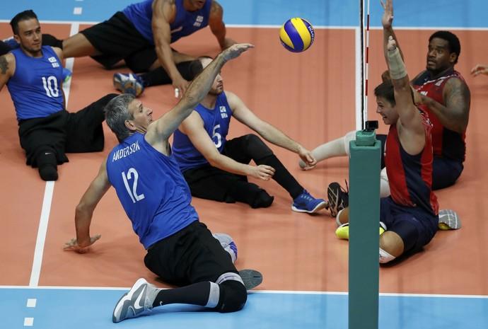 Aderson Ribas ataca no vôlei sentado entre Brasil e EUA (Foto: Reuters)