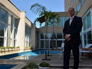 O maître Robert Hajzok no Hotel Vitória em Campinas  (Foto: Luciano Calafiori/G1)