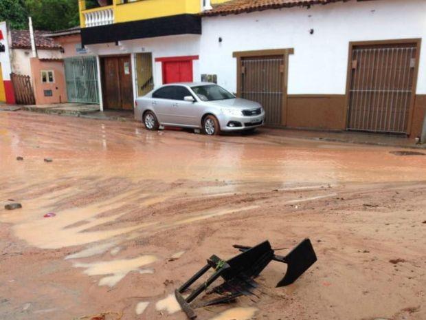 Lama invadiu as ruas da cidade, no sul da Bahia (Foto: RADAR64.COM / Divulgação)