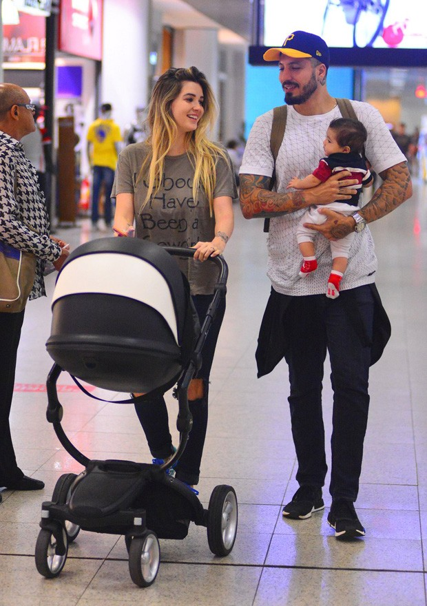Aline Gotschalg e Fernando Medeiros com filho (Foto: William Oda/Agnews)