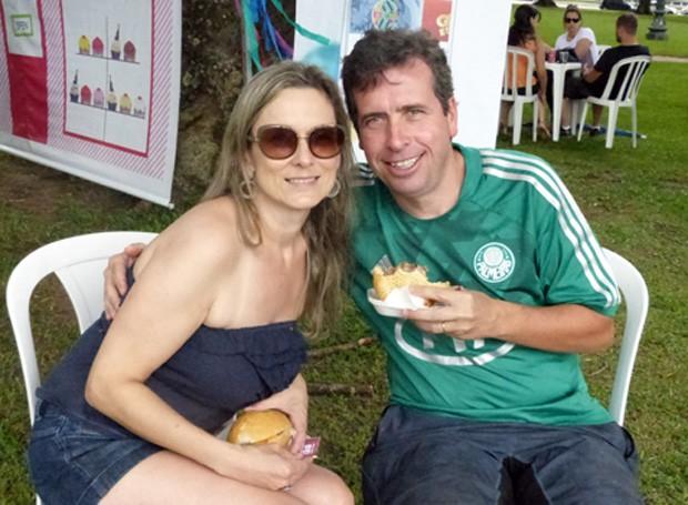O casal Stela e Fábio Meneghel estão aproveitando a tarde na feira  (Foto: Tk Santos/ RPC)