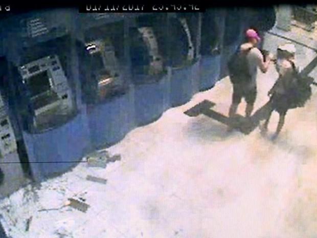 Quadrilha durante assalto a agência bancária no Espírito Santo (Foto: Reprodução/ TV Gazeta)