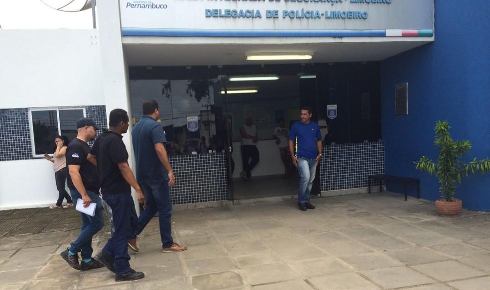 Detidos na operação e metariais recolhidos seguiram para a Delegacia de Limoeiro, no Agreste de Pernambuco (Foto:  Alfredo Neto/WhatsApp)