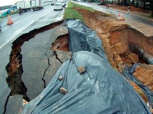 Chuva forte parte asfalto de rodovia na BR-324 (Foto: Nido Santos/ TV Bahia)