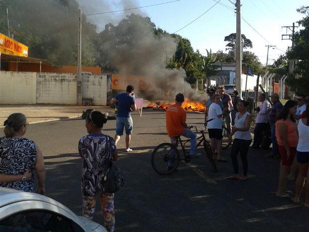 Moradores de bairro em Araçoiaba da Serra protestam por segurança (Foto: TEM Você)