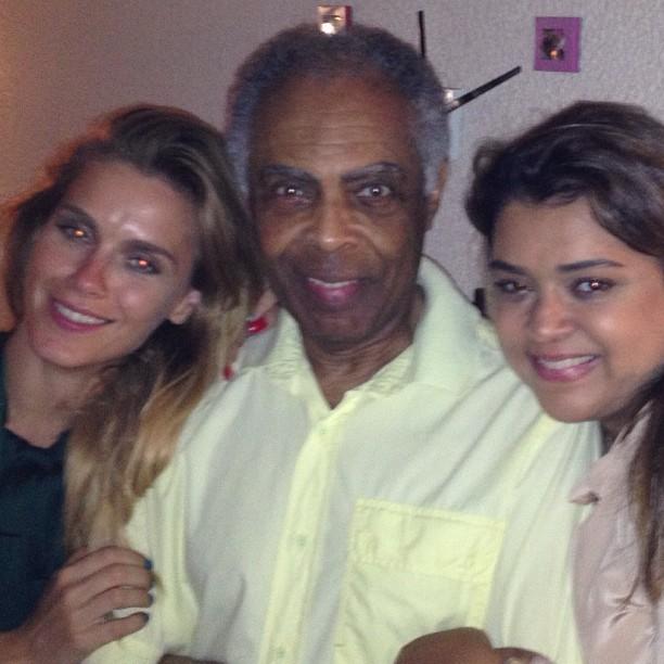 Preta Gil postou foto no Instagram na qual aparece ao lado de Carolina Dieckmann e do pai, Gilberto Gil (Foto: Reprodução/Instagram)