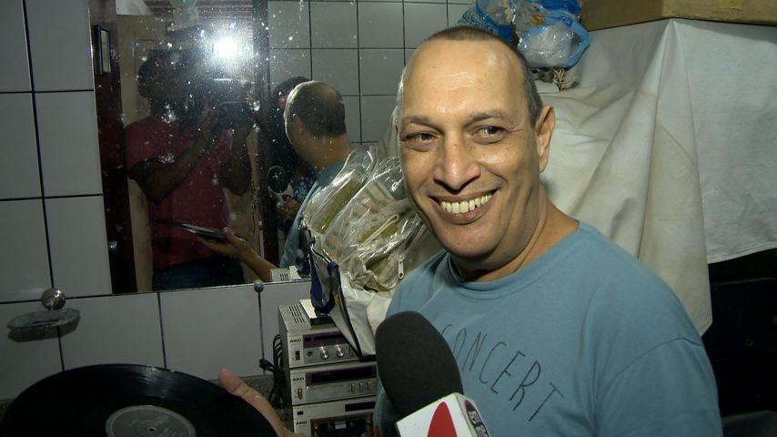 Colecionador dá dicas de como limpar o um LP (Foto: Reprodução/TV Gazeta ES)