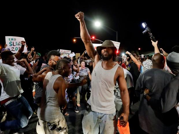 Pequena cidade é palco de protestos contra a violência policial contra negros (Foto: Gregory Bull/AP)