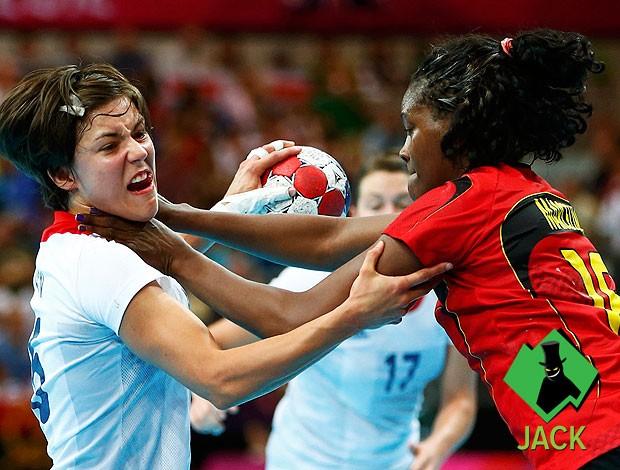 Marcelina Kiala estrangulando Marie Gerbon handebol selo Jack (Foto: Reuters)