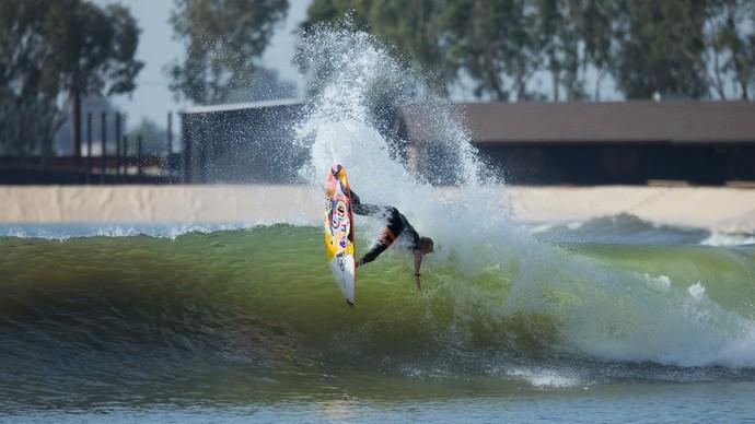 Nat Young surfando nas ondas artificiais (Foto: Divulgação)