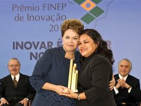 Josineide Malheiros recebe o Prêmio FINEP 2011 da Presidente Dilma  (Foto: Divulgação)