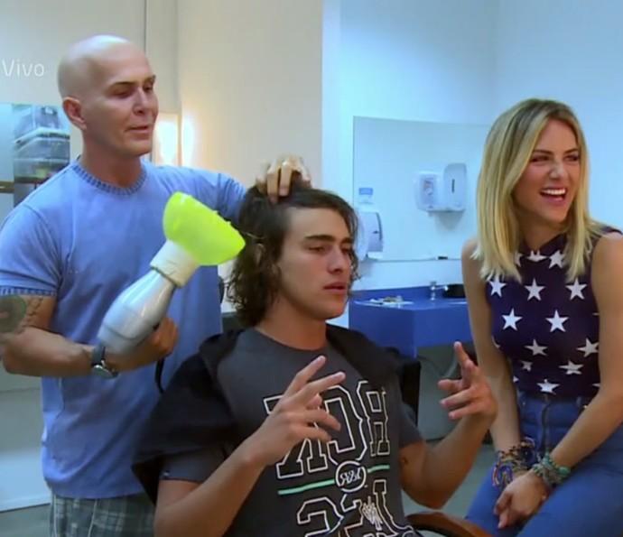 Bruno Montaleone mostra cuidados na hora de cuidar dos cabelos (Foto: TV Globo)
