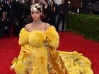 Rihanna, é você? Cantora usa look bizarro em baile de gala nos EUA