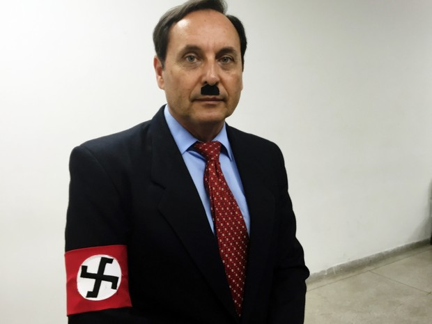 Professor fica caracterizado de ditador para julgamento. (Foto: Jenifer Carpani/G1)