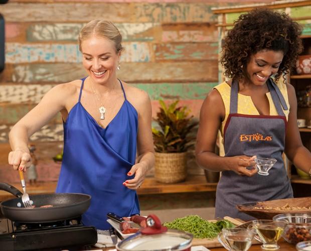 Angélica ajuda Erika no preparo do prato típico mineiro (Foto: TV Globo/Inácio Moraes)