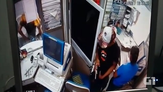 Suspeito filma assalto e reclama de celular de vítima na Bahia: 'porcaria'