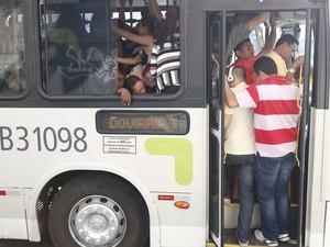 Passageiros enfrentam longas filas e ônibus lotados no segundo dia de greve dos rodoviários no Rio de Janeiro (Foto: Pablo Jacob / Agencia O Globo)