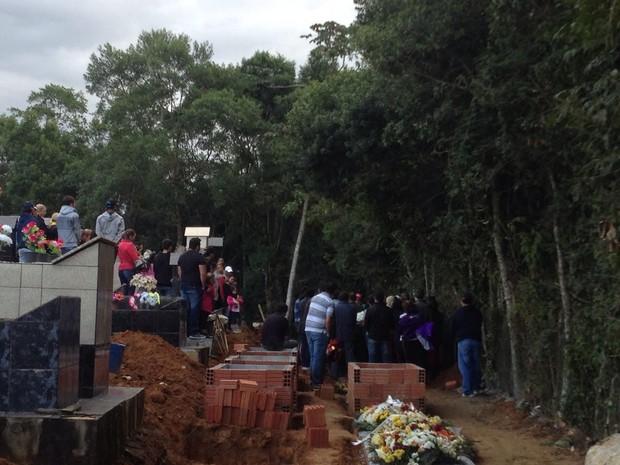 Enterro aconteceu na tarde desta quinta-feira (Foto: Kleber Pizzamiglio/RBS TV)