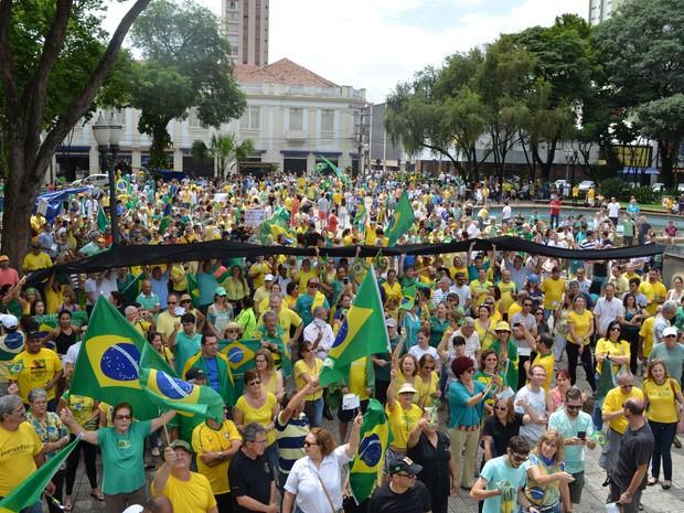 Ao final da caminhada, manifestantes também cantaram Hino Nacional em Piracicaba (Foto: Araripe Castilho/G1)