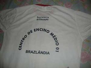 Camiseta de uniforme escolar do DF que traz ensino escrito com 'C' (Foto: Taynara Santos/Divulgação)