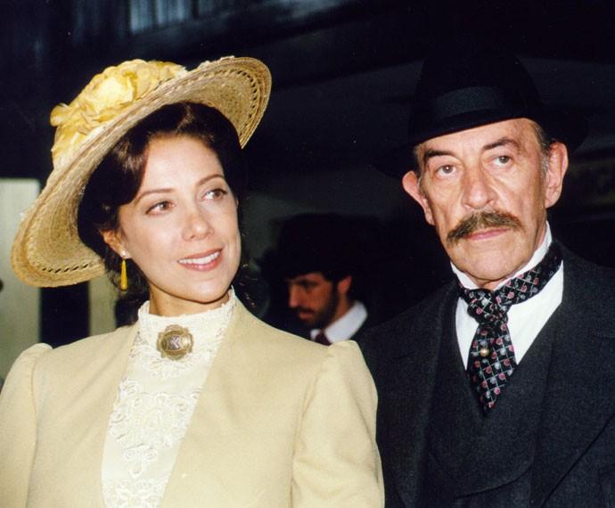 Angela Vieira como Janete, personagem de Terra Nostra (1999), ao lado de Raul Cortez (Foto: TV Globo)