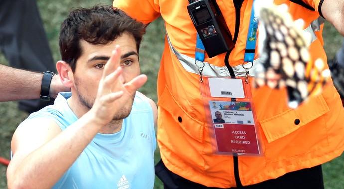 Casillas joga chuteira para torcedor da Espanha (Foto: Agência AP)