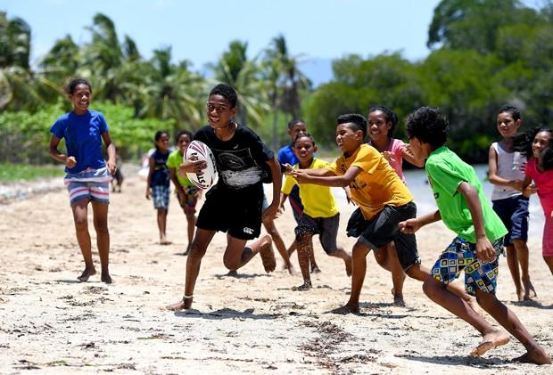 Crianças se divertem na praia (Foto: Bradley Kanaris/Getty Images)