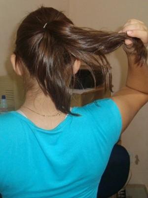 Menina mostra o que sobrou do cabelo que foi roubado (Foto: Marcos Lavezo/G1)