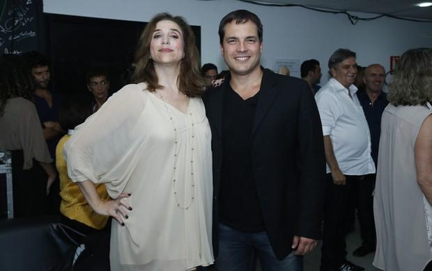 Marisa Orth e Daniel Boaventura após estreia de musical no Rio (Foto: Roberto Filho e Alex Palarea/ Ag. News)
