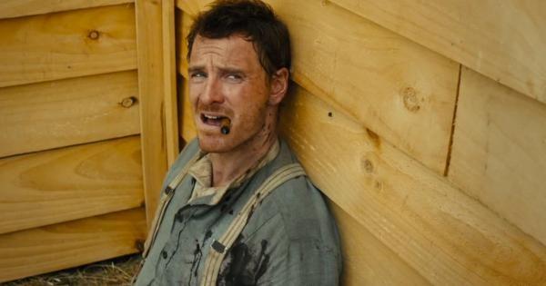 Michael Fassbender em cena do filme 'Slow West' (Foto: reprodução)