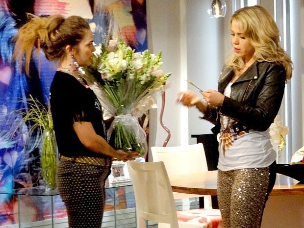 Rosário recebe flores do admirador secreto (Foto: Cheias de Charme / TV Globo)