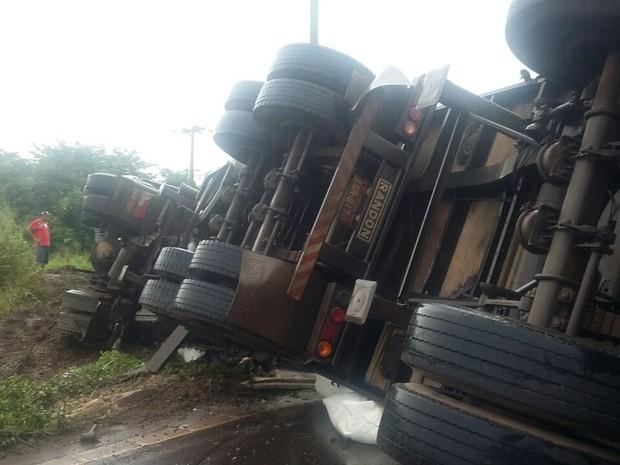 Carreta com carga de farinha tombou ao tentar desviar de buraco na BR-135 (Foto: Divulgação/PRF-MA)