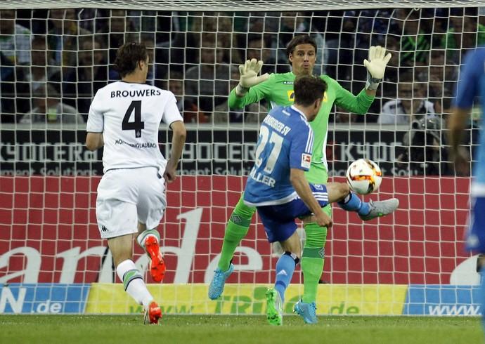 Nicolai Müller encobre goleiro adversário (Foto: Reuters)
