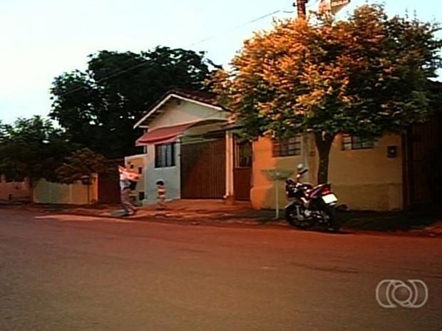 Adolescente sequestra ex por não aceitar fim de namoro, em Itumbiara, Goiás (Foto: Reprodução/TV Anhanguera)