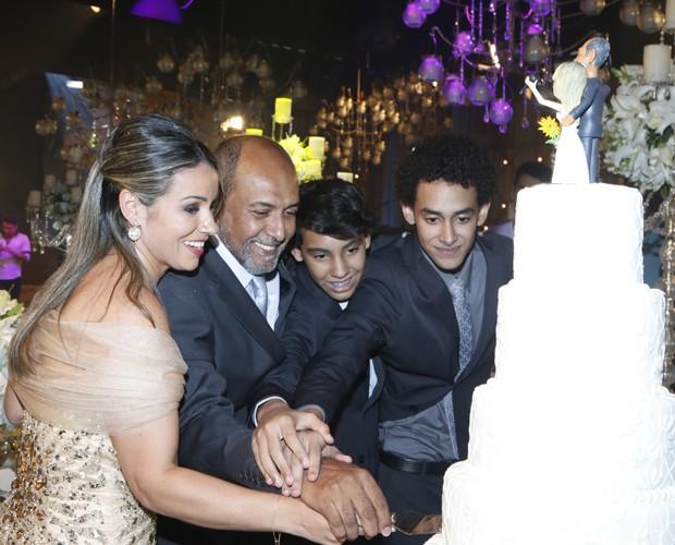 Depois do casamento, a família toda foi cortar o bolo! (Foto: Freitas)