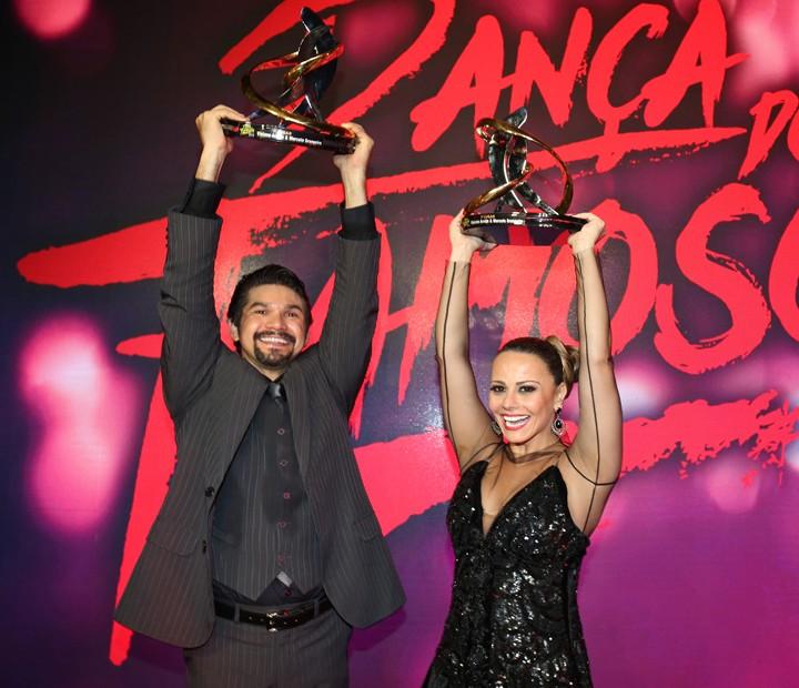 Viviane Araújo e Marcelo Grangeiro comemoram (Foto: Carol Caminha/ Gshow)