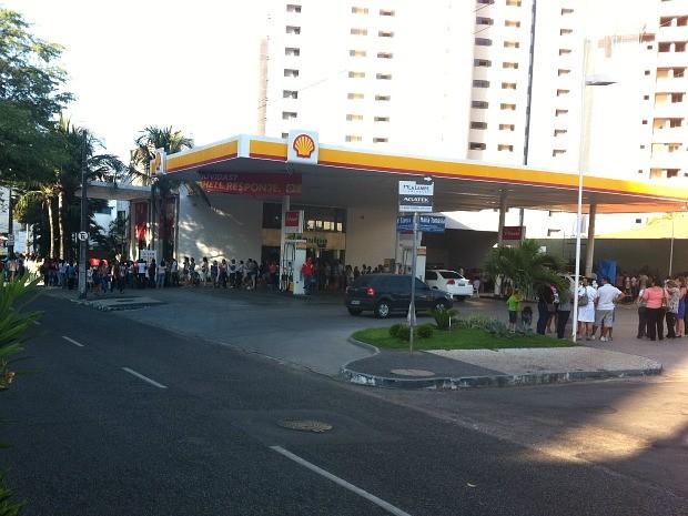 Em posto de combustível a 200 metros da livraria, fila já fazia curvas (Foto: André Teixeira/G1)