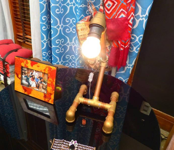 E que tal uma luminária com canos de PVC? A da da foto ficou uma graça! (Foto: Monique Arruda / Gshow)