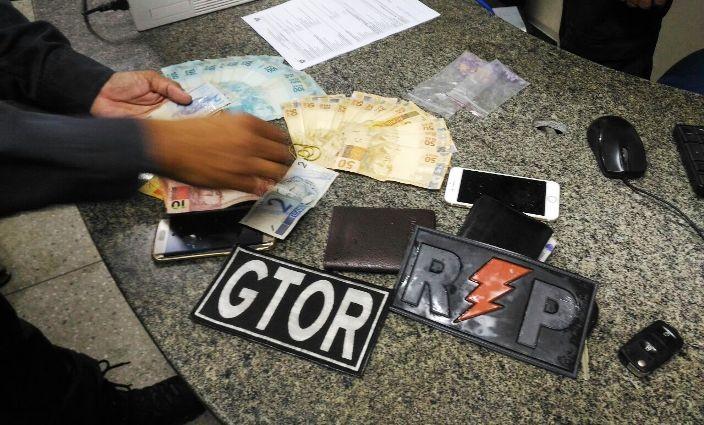 Droga, dinheiro e arma foram encontrados no carro em que os suspeitos estavam. (Foto: Divulgação / PM)