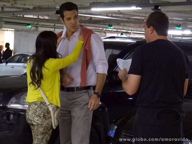 Carlos Machado e Tatá Werneck ouvem instruções do diretor (Foto: Amor à Vida / TV Globo)