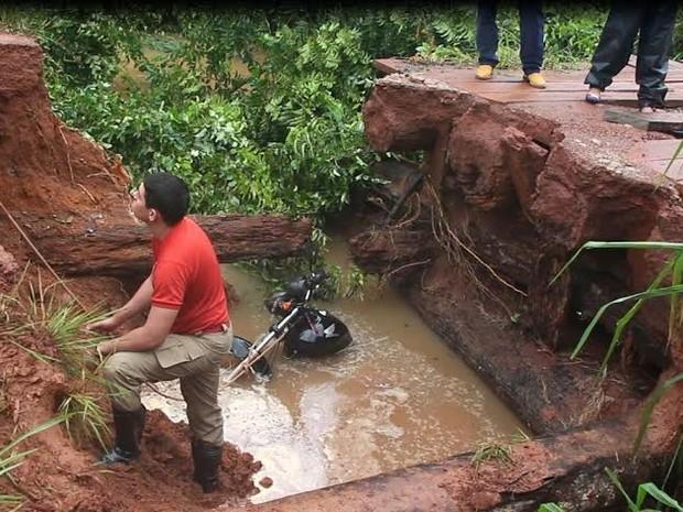 Cabeceira de ponte foi arrastada pela força da água, em Rolim de Moura, RO (Foto: Alex de Souza/Alerta Notícias)