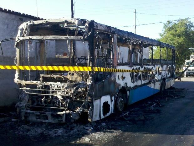 Ônibus da linha 806 pega fogo em Nova Almeida, espírito santo. (Foto: Eliana Gorritti/ Do G1 ES)