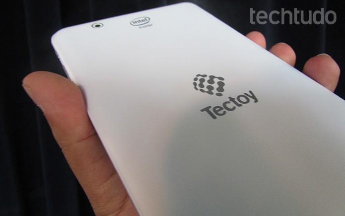 Tablet da Tectoy tem acabamento todo em branco  (Foto: Paulo Alves/TechTudo)