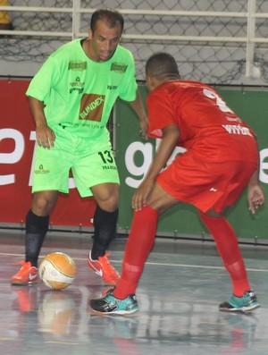 Rafinha, de Vila Velha (verde) tenta driblar Hugo, de Vitória (vermelho) (Foto: Divulgação/Pauta Livre)