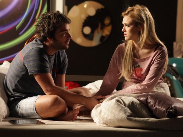 Davi tenta acalmar namorada e defende Verônica (Foto: Pedro Curi/TV Globo)