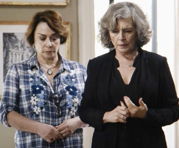 Arrasada, Vitória anuncia que vai se mudar para a casa de Zilda (Foto: Carolina Rios/Gshow)