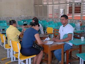 Eleitores chegam em seção da escola Zolito Nunes, em Macapá, na manã deste domingo (26) (Foto: Gabriel Penha/G1)