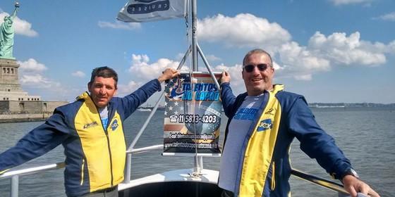 O diretor do Talentos do Capão, Valdeci Gomes, e o professor de natação do projeto, André Petrozziello, em Nova York para acompanhar os alunos competidores da prova Liberty to Freedom Swim (Foto: Divulgação)
